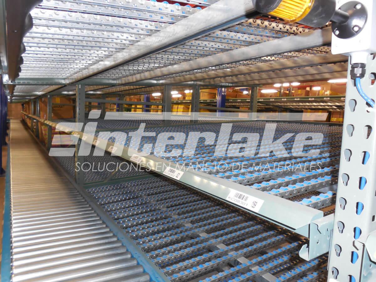Carton flow racks, uno de los tipos de estantes más eficaces en el proceso logístico de almacenamiento