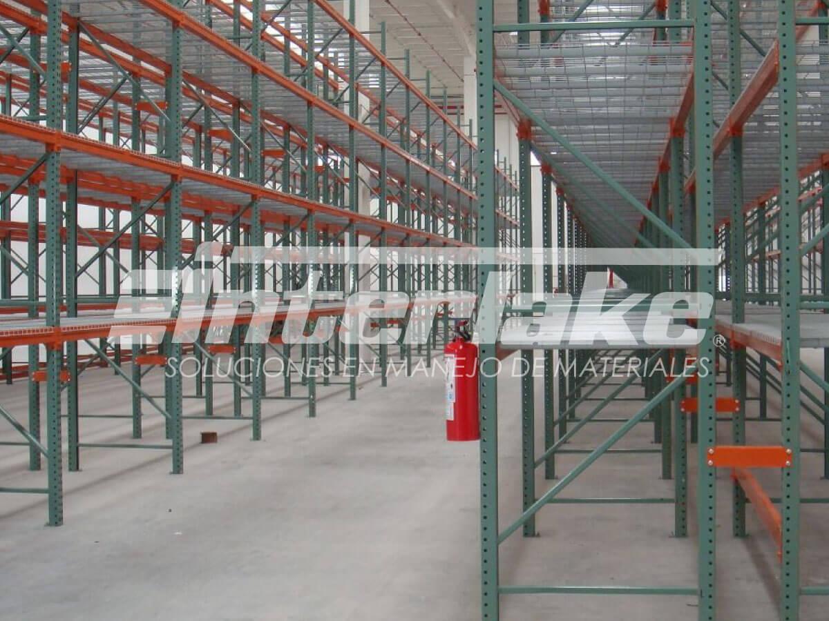 Sobre el mobiliario de metal y los racks para bodegas en base a este material