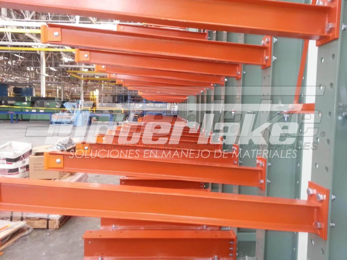 El rol de las estanterías cantilever en almacenamiento industrial