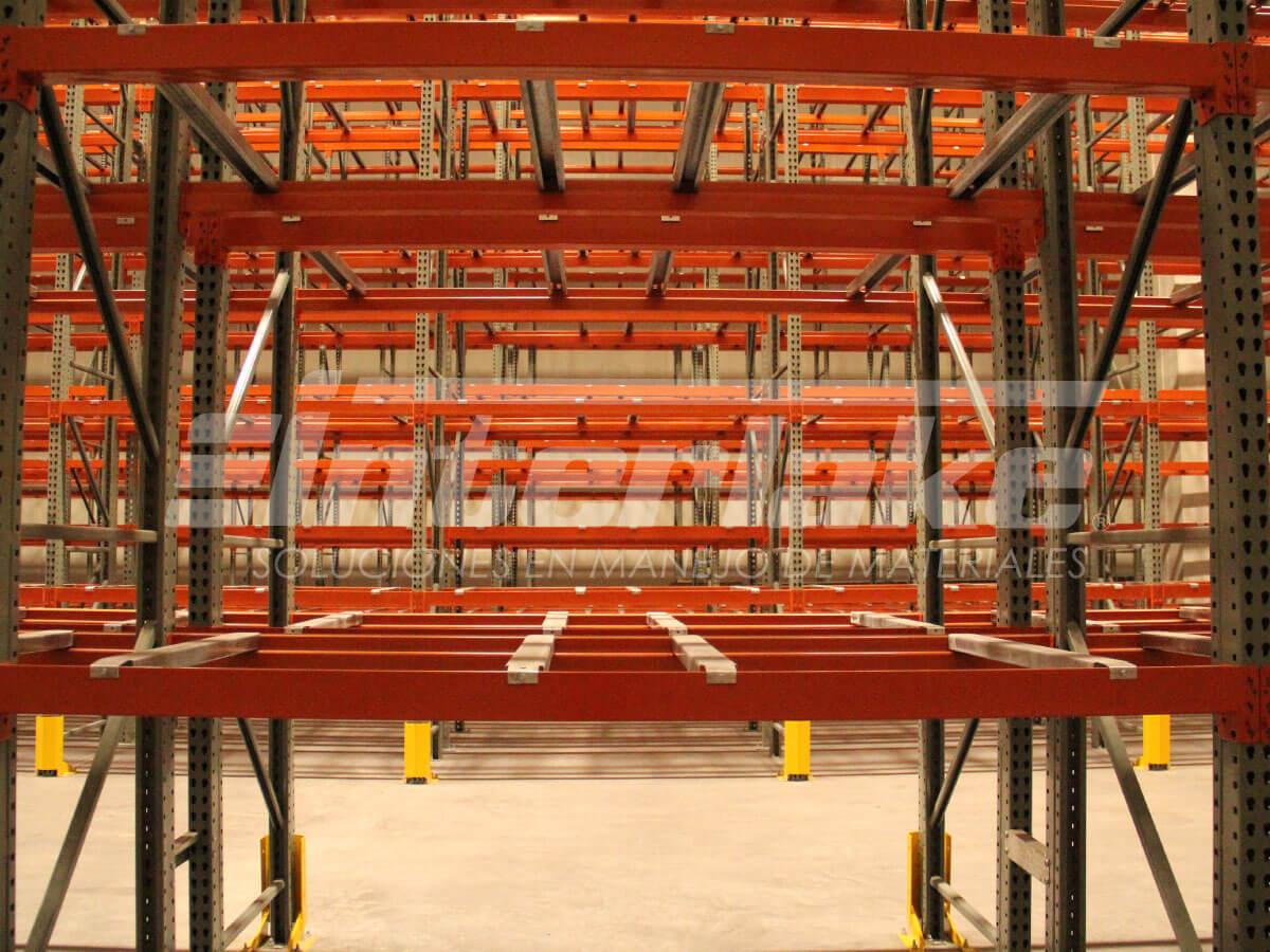 Cambien el almacenamiento en bloque por estanterías convencionales para pallets
