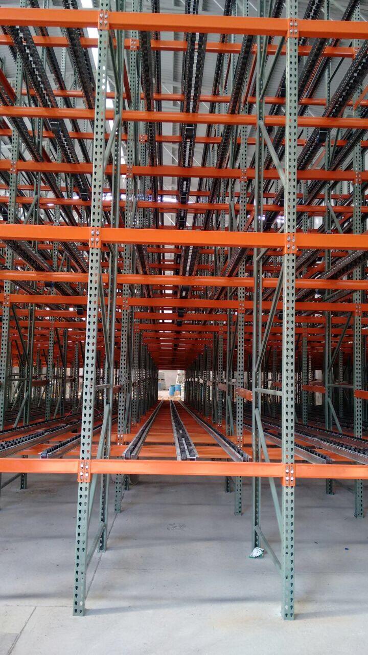 ¿Qué medios mecánicos pueden usarse en almacenes autoportantes?