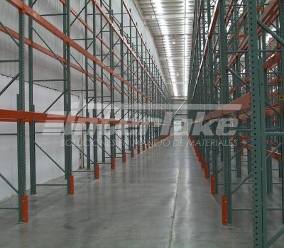 ¿Cuál es el uso correcto de los racks selectivos dentro de un almacén?